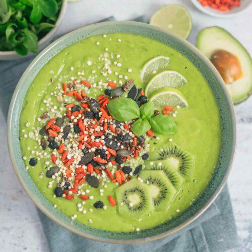 grüner smoothie im mixer