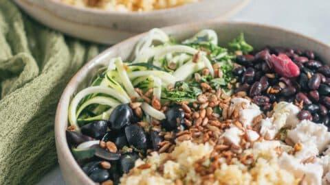 Vegane Salatbowl mit Zucchini
